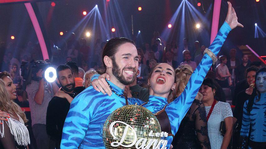 "Gil Ofarim und Ekaterina Leonova mit der ""Let's Dance""-Trophäe"