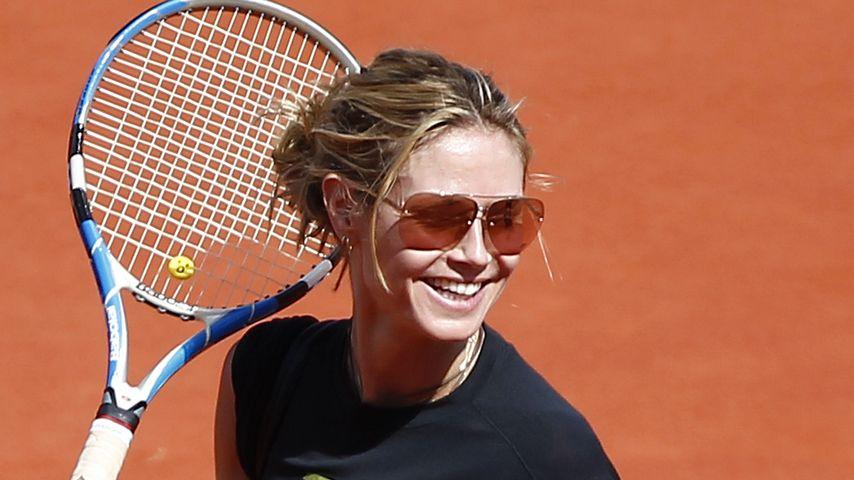 Sportlich: Heidi Klum schwingt den Tennisschläger