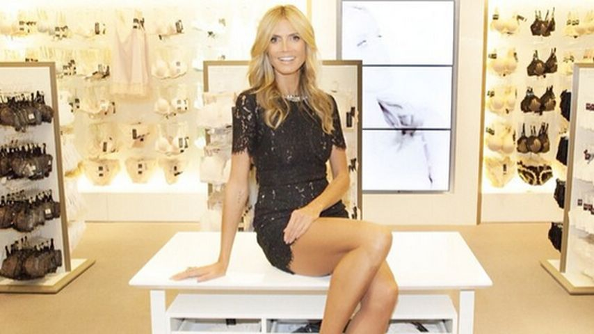 Zu knapp? Heidi Klum posiert im Mini-Minikleid