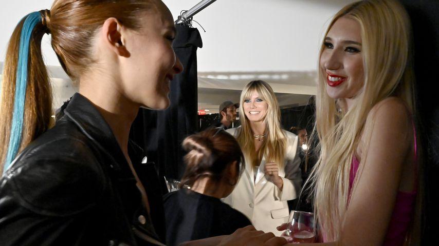 Heidi Klum (m.) und die GNTM-Girls Jacky und Tamara bei der Fashion-Show von Christian Siriano