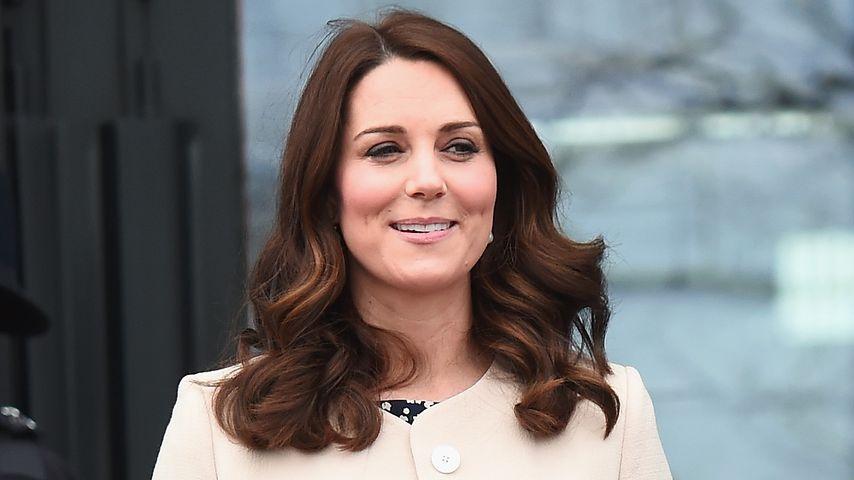 Kate kurz vor Geburt: Prinz William feiert im Stadion