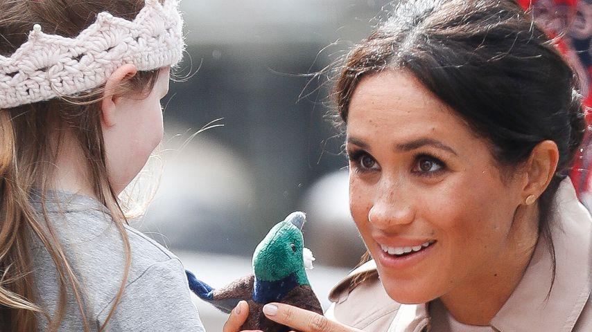 Herzogin Meghan (rechts) mit einem Fan in Neuseeland