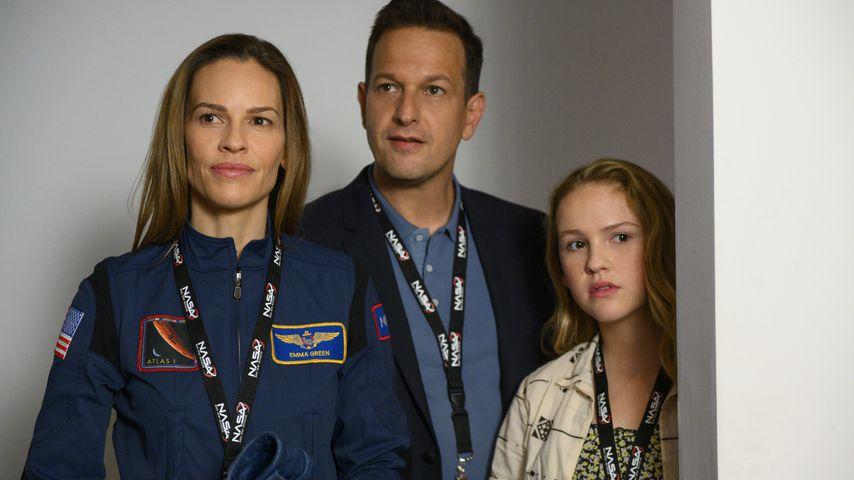"Hilary Swank, Josh Charles und Talitha Bateman in ""Away"""