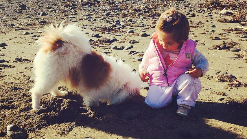 Alaia-Claire (Tochter von Rebecca Kratz) mit Hund am Strand von Marbella