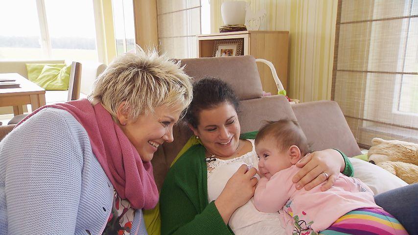 """Inka Bause (l.) mit Victoria und Charlotte bei """"Bauer sucht Frau"""""""