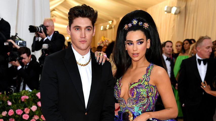 Isaac Carew und Dua Lipa im Mai 2019 bei der Met-Gala in New York