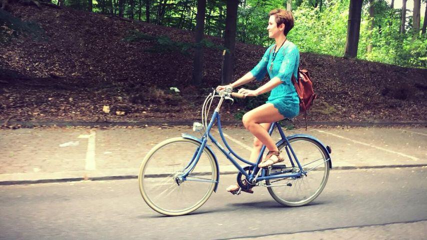 Flott unterwegs: Isabell Horn radelt durch die Natur