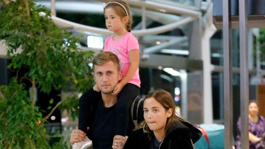 Jacqueline Jossa mit ihrer Familie am Flughafen in Brisbane im Dezember 2019