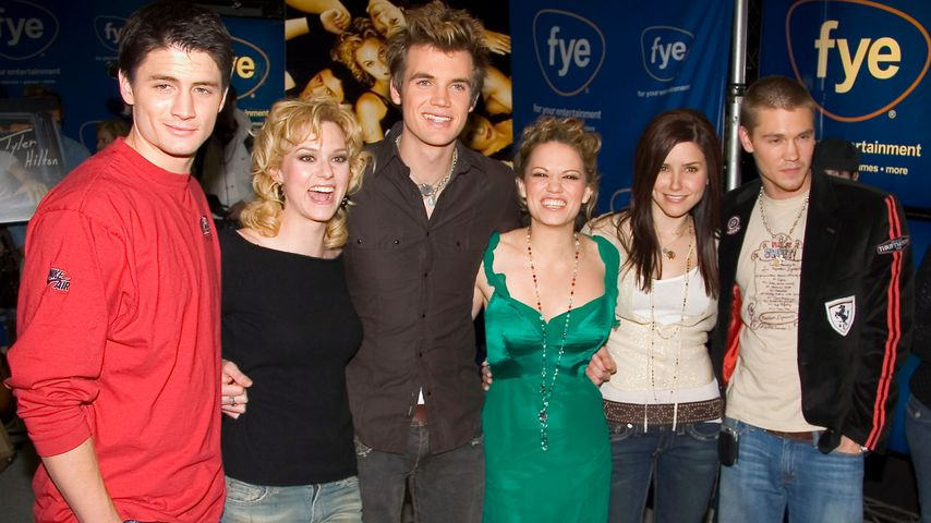 "Der ""One Tree Hill""-Cast posiert bei einer Signierstunde im FYE Music Store in New York"
