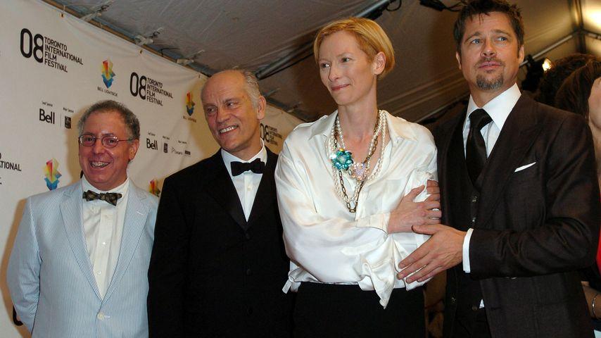 """John Malkovich mit Tilda Swinton und Brad Pitt bei der Premiere von """"Burn After Reading"""""""
