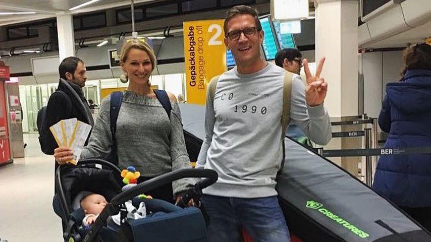 Janni Hönscheid und Peer Kusmagk mit Emil-Ocean am Flughafen