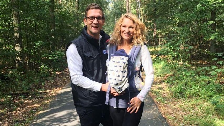 Janni Hönscheid und Peer Kusmagk mit Baby Emil-Ocean beim Wald-Spaziergang