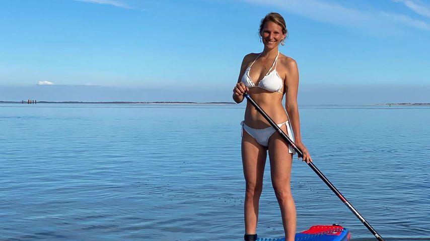 Mit wichtiger Message: Janni Kusmagk surft nackt im Meer