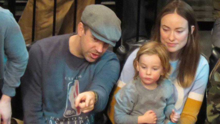 Jason Sudeikis, Sohn Otis und Olivia Wilde beim Basketball-Spiel in New York