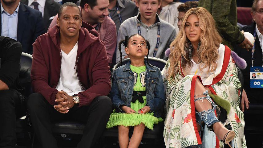 Jay-Z, Blue Ivy und Beyoncé bei einem Basketball-Spiel