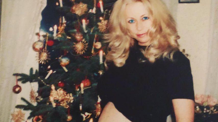Huch?! Jenny Elvers mit XL-Babybauch vorm Weihnachtsbaum!
