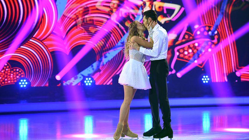 Kuss für Tanzpartner Jamal: Jenny begeistert auf dem Eis!