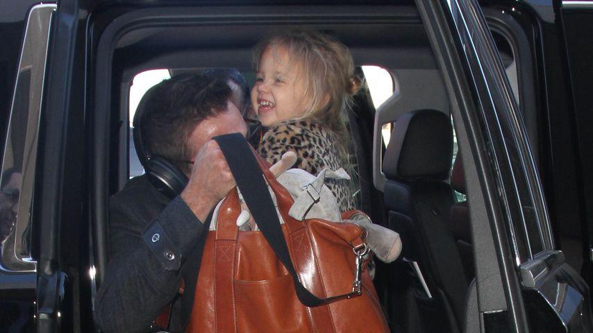 Jeremy Renner mit Töchterchen Ava am Flughafen von Los Angeles