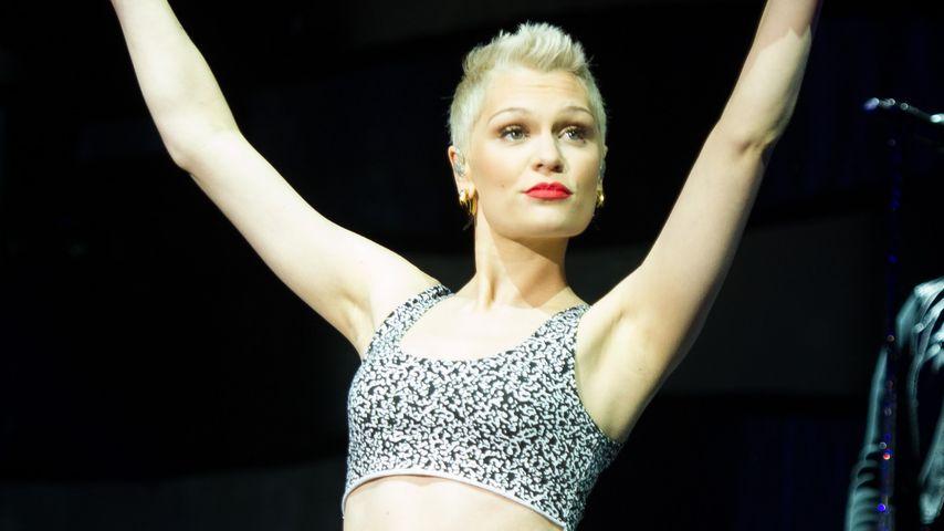 Jessie J turnt im Gymnastikoutfit über die Bühne