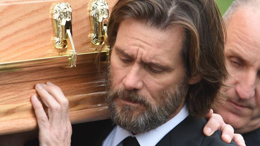 Jim Carrey trägt den Sarg von Cathriona