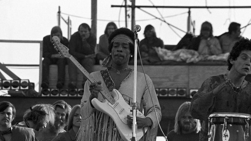 Jimi Hendrix spielt Gitarre beim ersten Woodstock-Festival 1969