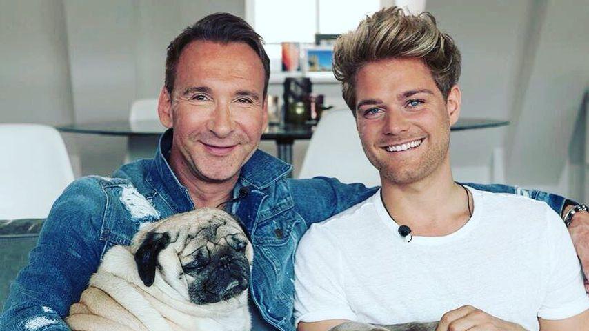 Jochen Bendel mit seinem Ehemann Matthias Bendel-Pridöhl und seinen Hunden
