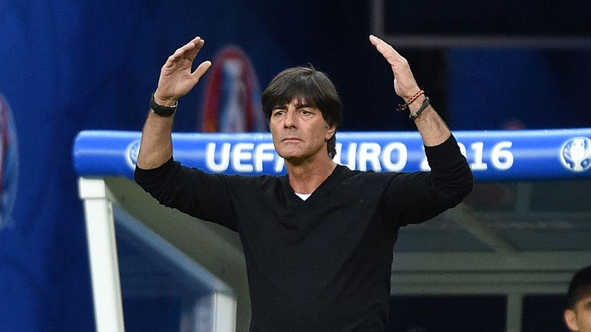Ciao Schlabber-Shirt: Jogi Löw beim 2. EM-Spiel ganz seriös
