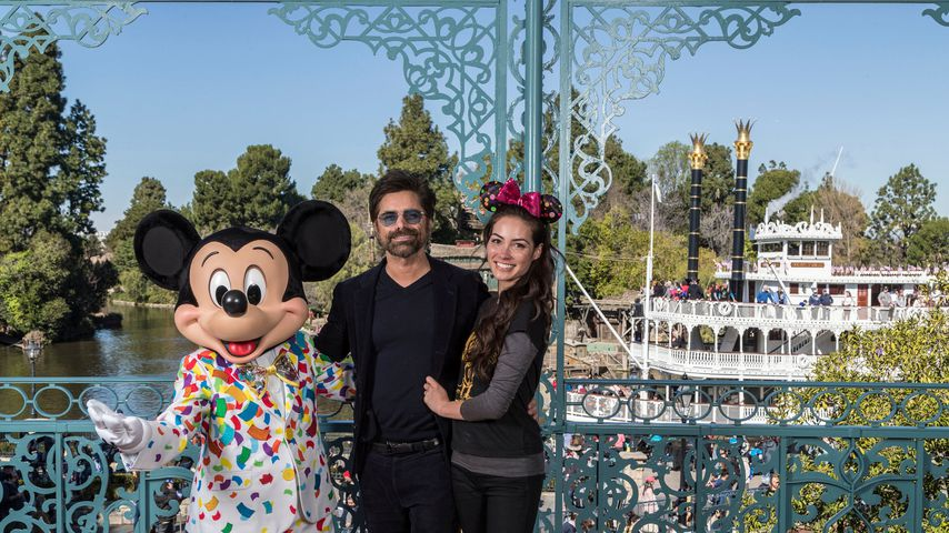 John Stamos und seine Frau Caitlin McHugh Stamos in der Walt Disney World Anaheim, Florida