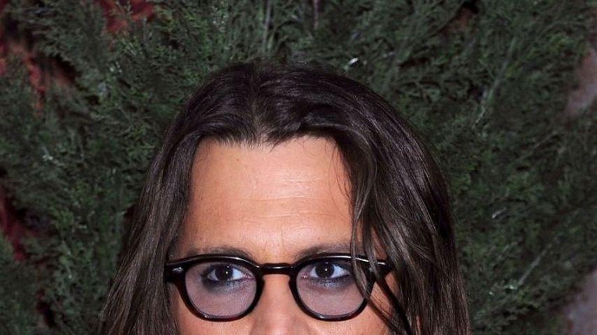 Johnny Depp rettet ein Kind vor den Fotografen