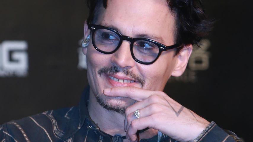 Verliebt & verlobt: Johnny Depp trägt auch Ring