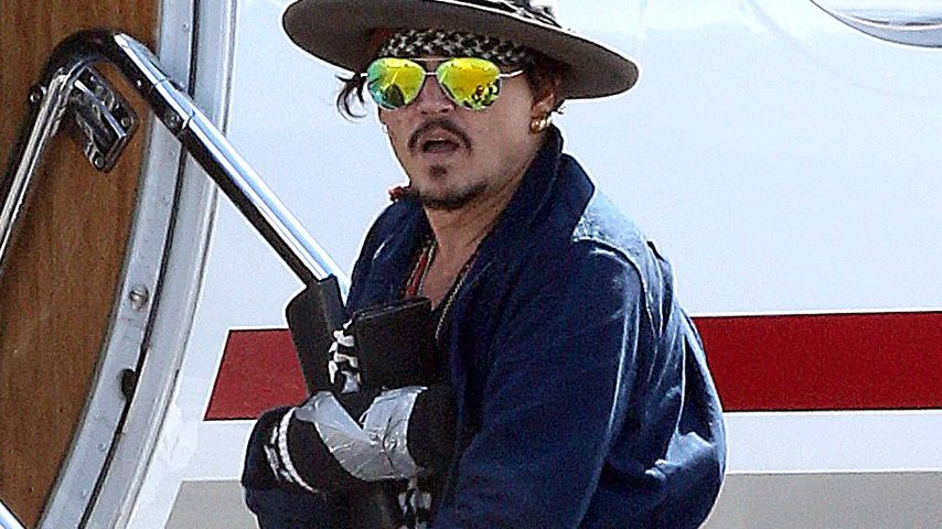 Autsch! Hier fliegt Johnny Depp zu seiner Hand-OP