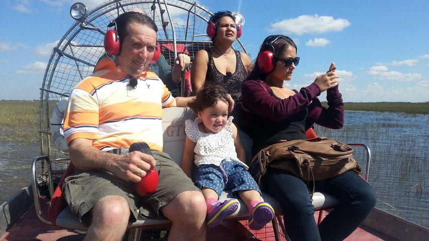 Narumol und Bauer Josef beim Airboat-Fahren