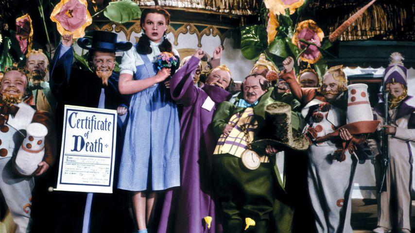 """Judy Garland mit Zwergen-Darstellern in """"Der Zauberer von Oz"""" 1939"""