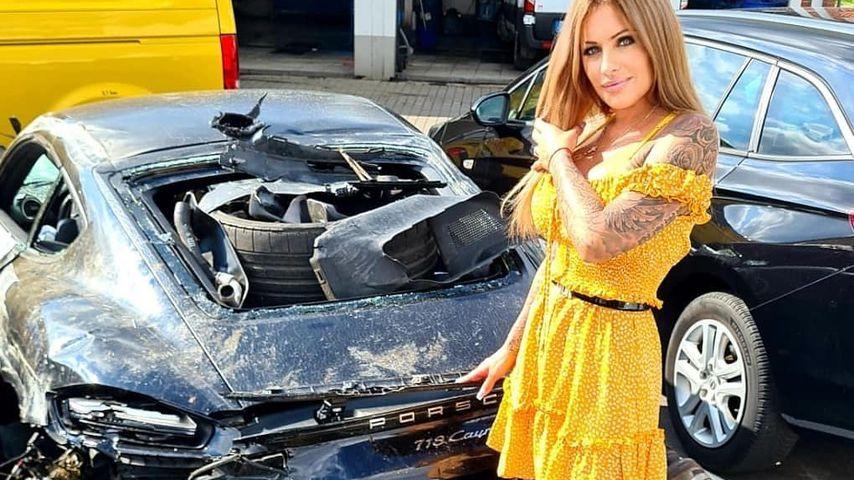 Julia Jasmin Rühle mit ihrem Unfallwagen