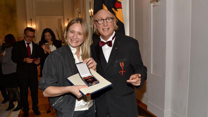 Julia Jentsch und Otto Waalkes bei der Verleihung des Bundesverdienstkreuzes im Schloss Bellevue