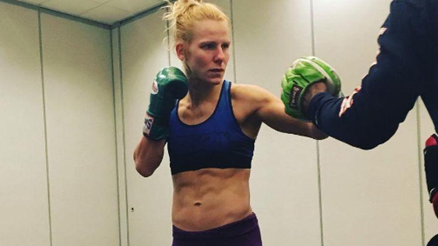 Wortwörtlich Kacke: Kampfsportlerin entleert Darm im Fight!