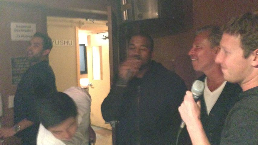 Was war da los? Kanye West singt mit Mark Zuckerberg Karaoke