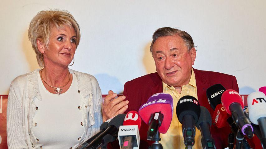 Karin Karrer und Richard Lugner bei einer Pressekonferenz