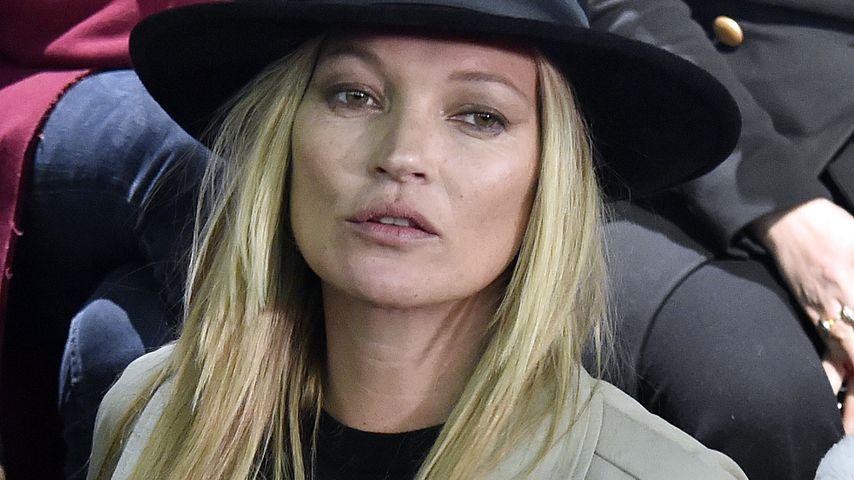 Erwischt! Kate Moss steckt sich eine an!