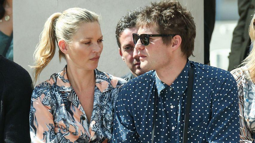 Kate Moss turtelt mit Graf Nikolai von Bismarck