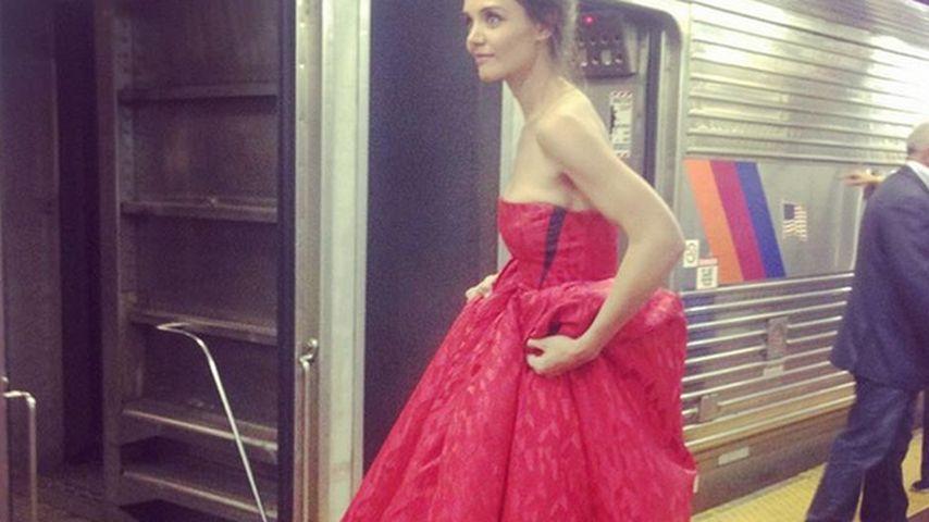 Katie Holmes: Im eleganten Designer-Fummel auf Schienen
