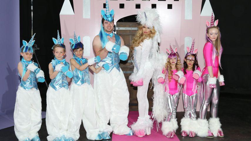 Schrille Promo: Katie Price steckt Family in Einhorn-Kostüme