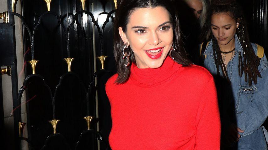 Feuriger Auftritt! Kendall Jenner feiert ohne BH in Paris