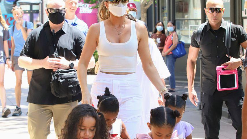 Khloé Kardashian mit den Kindern ihrer Schwestern im August 2021