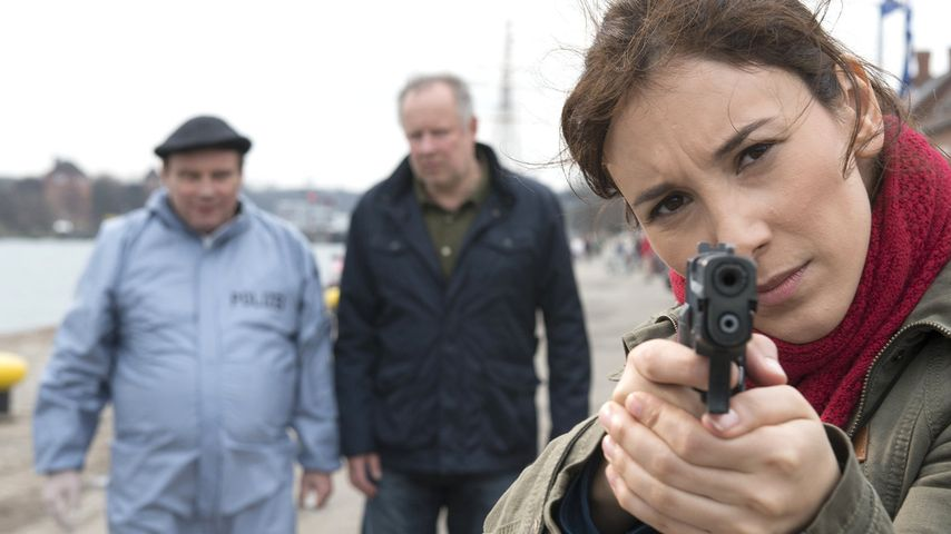 Kieler Tatort: Sarah Brandt (Sibel Kekilli) in Schussposition