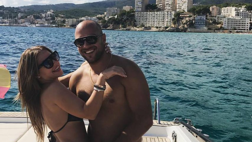 Urlaubsspaß: Kim Gloss brät Käse auf Kopf ihres Freundes
