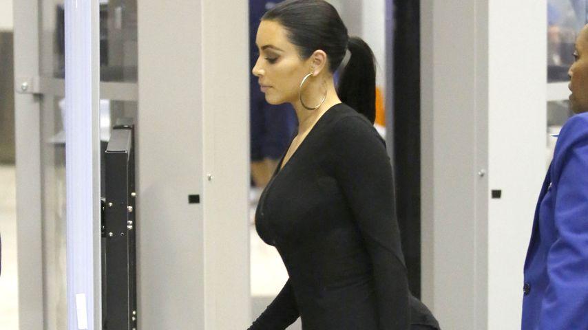 Nur in Socken: Kim Kardashian mal unglamourös!
