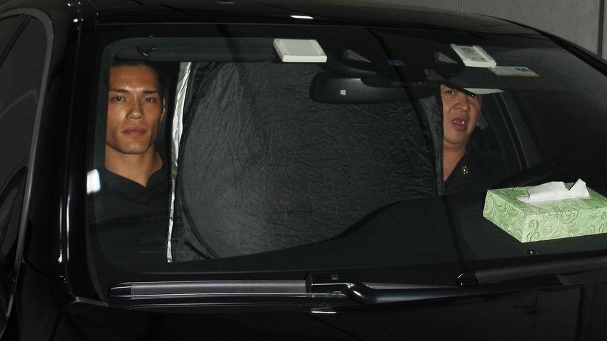Kim Kardashian versteckt sich in einem Auto