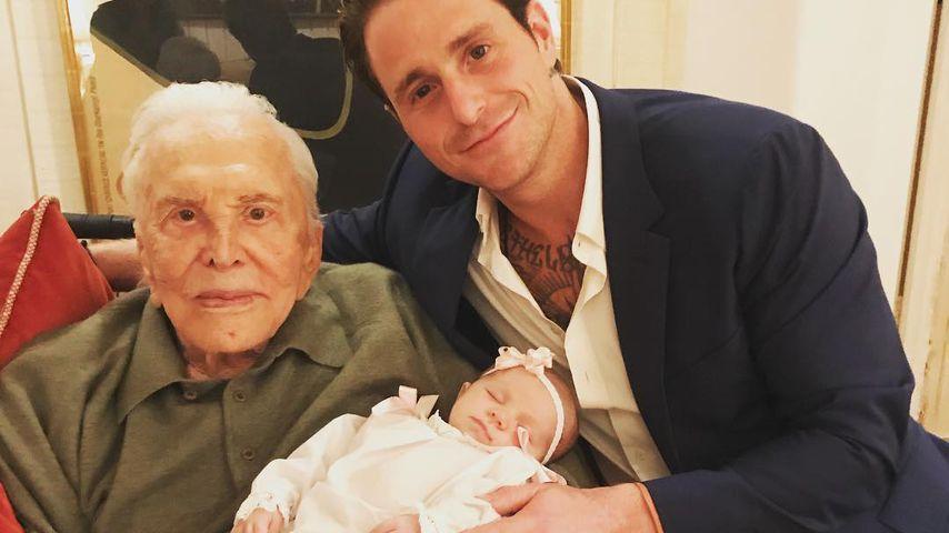 Kirk Douglas mit seinem Enkel Cameron und seiner Urenkelin Lua Izzy