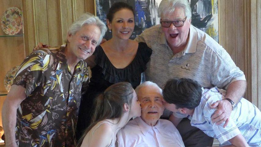 Sein 100. Thanksgiving! Michael Douglas' Vater Kirk so happy